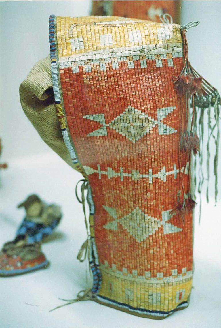 Dětská nosítka kmene Lakotů celá vyšívaná ursoními ostny. Vyšít tak ohromnou plochu mohlo jedné ženě trvat i více než rok.