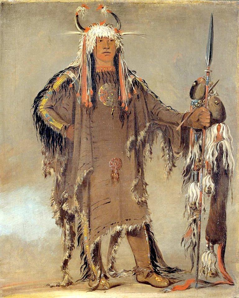 Náčelník Černonožců-Pieganů Orlí žebra. Na sobě má oblečenou válečnou halenu z kůží ovce tlustorohé s typickým spodním okrajem s proužkem světlé srsti a z intaktním ocasem. Malba George Catlin.