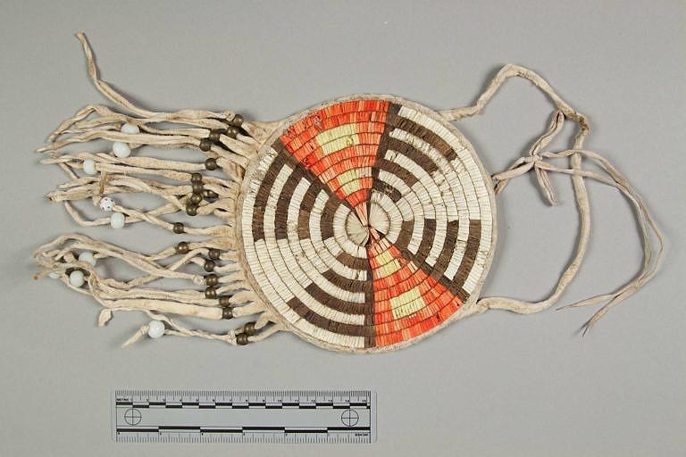 Taška kmene Arapaho vyrobená z quillové rozety, která byla původně ozdobou dětských nosítek. Tento design je již typickou ukázkou stylu z Velkých plání.