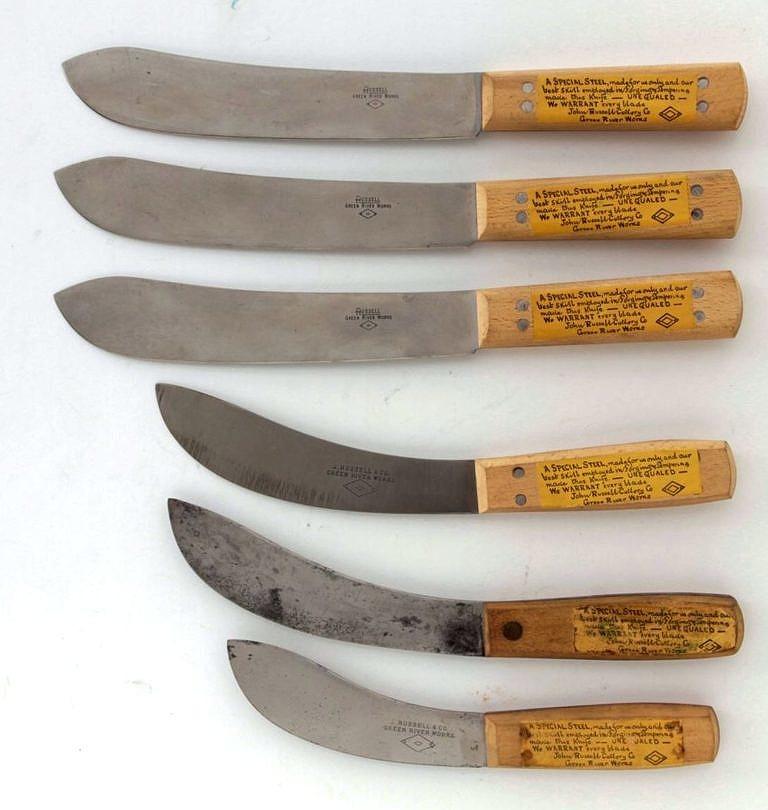 Sada nožů značky Green river. Tři horní nože jsou řeznické (butcher), tři spodní stahovací (skinner).