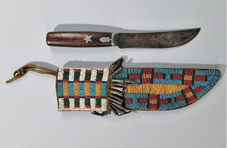 Celokorálkované pouzdro indiánů Velkých plání společně s nožem evropské výroby.