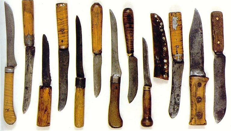 Americké primitivní nože s dřevěnou ručkou. Soukromá sbírka.