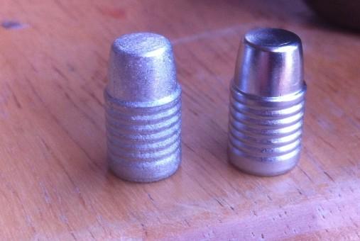Porovnání ojíněné střely (vlevo) a střely odlité se správnou teplotou taveniny (vpravo).