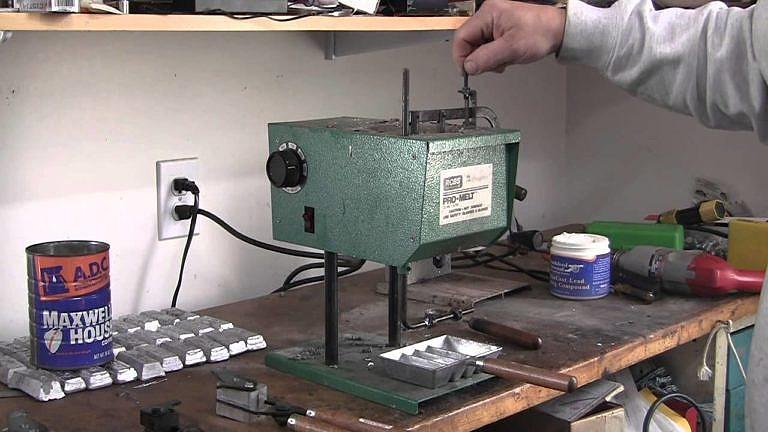 Elektrická pícka na lití olova od firmy RCBS.
