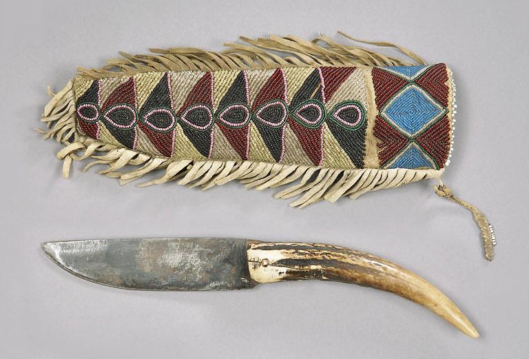 """Typický """"patch knife"""", nůž na záplaty, společně s korálkovaným pouzdrem kmene Krí."""