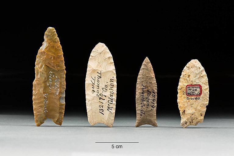 Pazuorkové čepele indiánského původu z předkontaktního období. Inidáni neuměli zpracovávat železo a tak byly jejich čepele převážně z pazourku a obsidiánu. Kovové nože získali až od Evropanů.