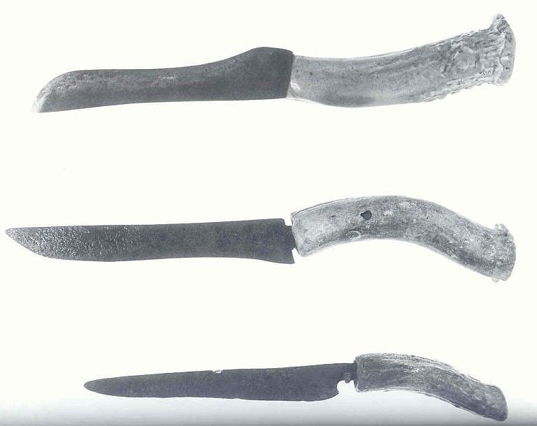 Americké primitivní nože s ručkou z parohu.