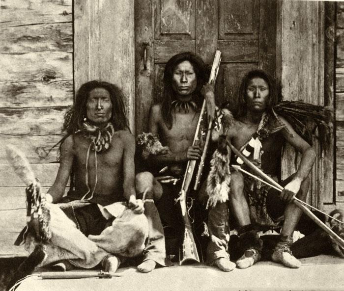 Indiáni kmene Spokane na fotografii z roku 1861. Prostřední drží perkusní rifli.