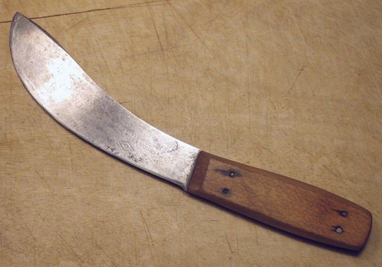 Stahovací nože (skinnery) jsou typické prohnutím hřbetu.