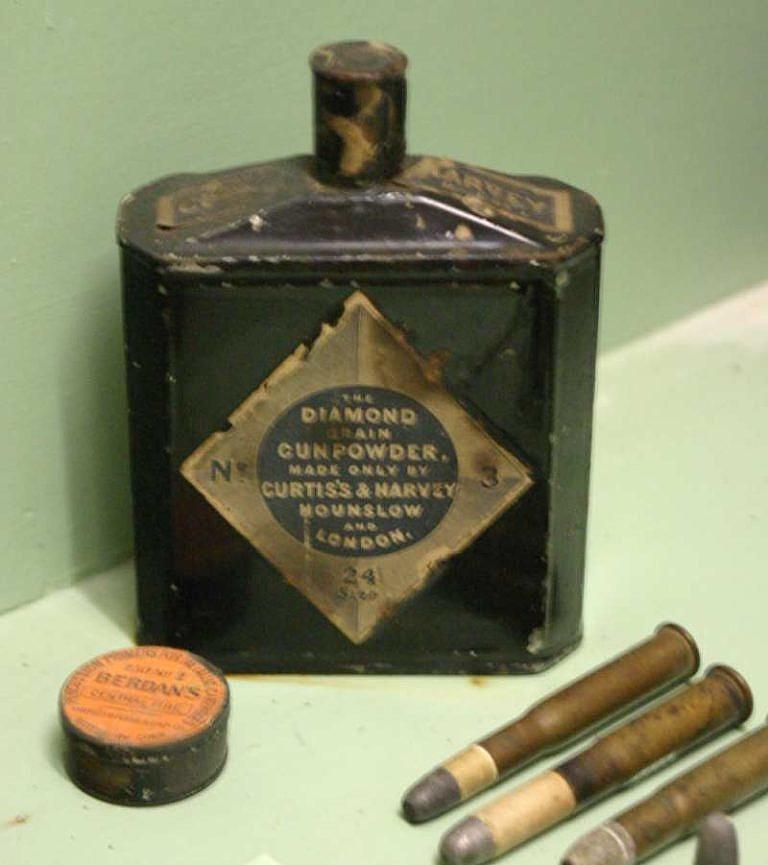 Cínová krabička na černý prach od firmy Curtis's and Harvey's Gunpowder.
