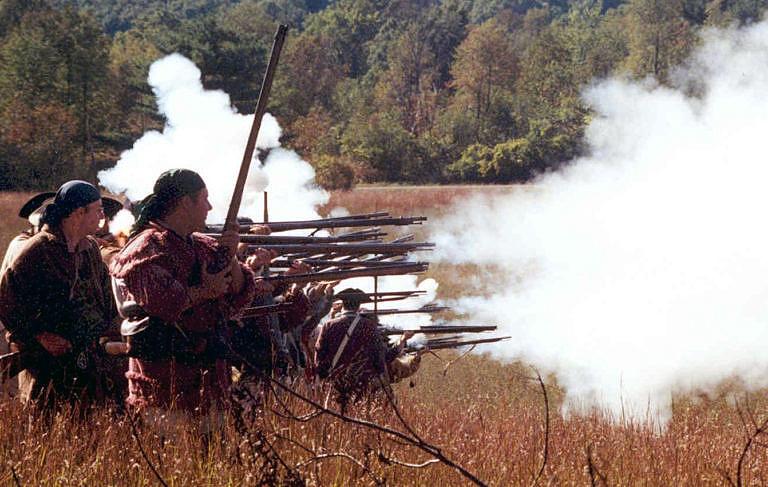 Při střelbě černým prachem dochází k tvorbě velkého množství dýmu a sirnatého zápachu. Během velkých bitev, kde se používal černý prach ve velkém množství došlo často k zadýmení celého bojiště.
