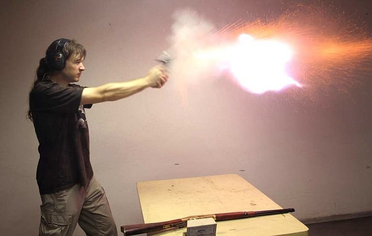 Střelba z Coltu Peacemakers černým prachem.