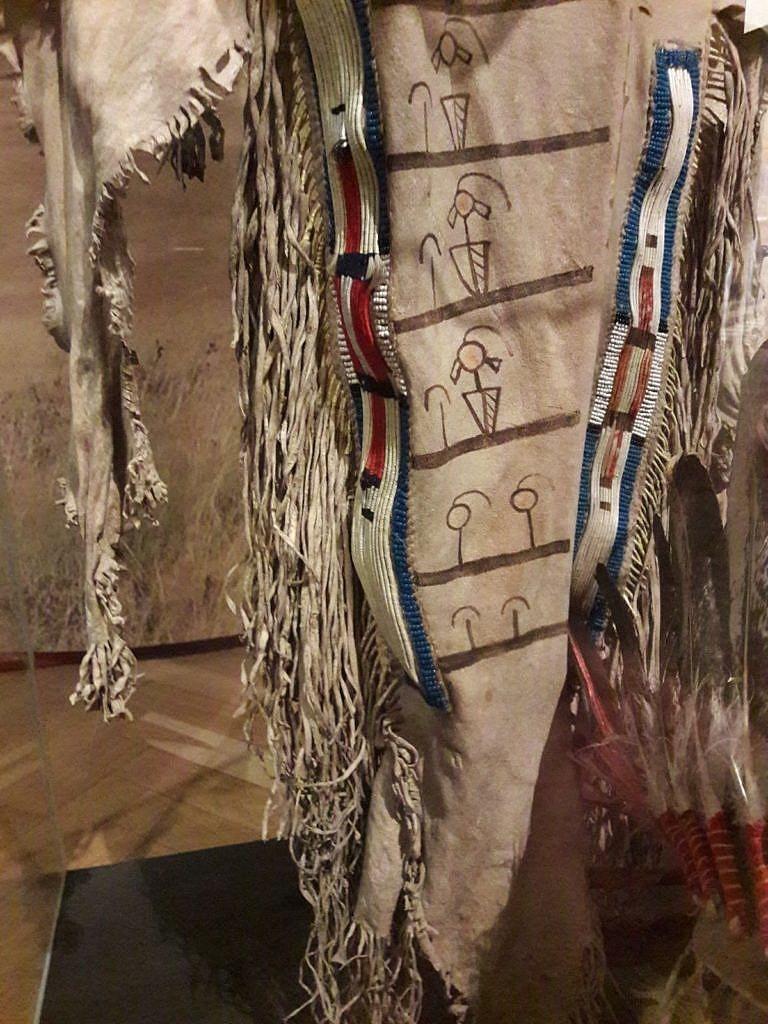 Legíny zřejmě kmene Vran. Nachází se v Náprstkově muzeu v Praze, ale jsou ve vlastnictví zámku Opočno. Do Prahy jsou pouze zapůjčeny. Pásy jsou vyvedeny technikou omotávaných koňských žíní, rovná varianta, dvojlinka.