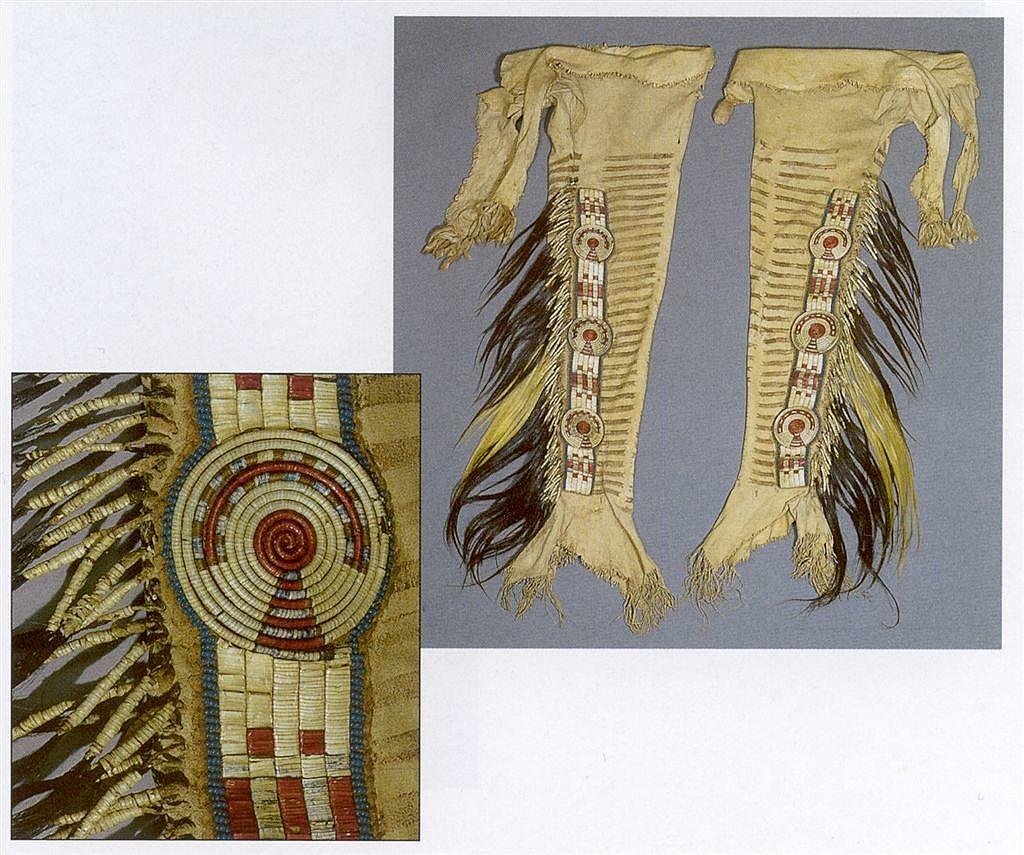 Legíny z oblasti Horní Missouri. Pásy jsou ozdobeny quillem, kombinací rozet a hranatých mezikusů. Rozety jsou vyšity technikou omotávaných žíní, mezikusy pak jinou ostnovou technikou. Celé pásy jsou pak obšity korálky.