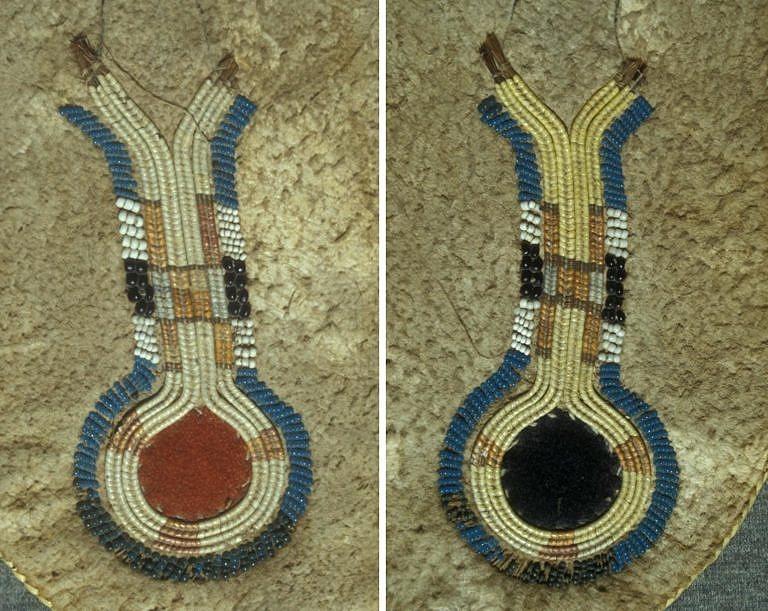 """Detail mokasínů s bočním švem (nárt). Ornament tzv. """"klíčové dírky"""" je vyšit technikou omotávaných koňských žíní obšitých korálky. Bernisches historisches museum."""