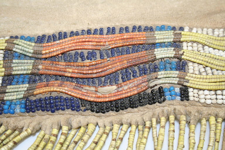 """Ursoní ostny omotávané současně vždy kolem dvou svazku koňských žíní vytváří rovné řady, tzv. """"dvojlinky"""". Více dvojlinek vedle sebe vytvoří širší plochu. Zde je detail pásu na legínu. Zajímavé je, že několik dvojlinek omotávaných žíní je prokládáno řadami korálků."""