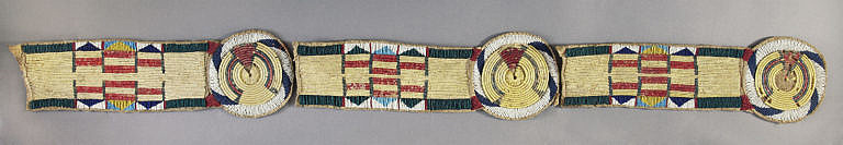 Vyšívaný ozdobný pás na bizoní plášť nebo deku vzácně kombinuje obě techniky, jak rozety, tak i rovné plochy vyšité technikou omotávaných koňských žíní. Heritage auctions.