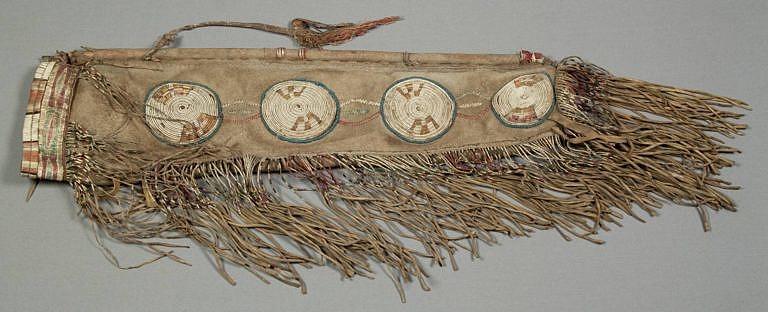 Toulec, který získal známý malíř George Catlin je ozdoben čtyřmi rozetami z omotávaných žíní. NMNH.