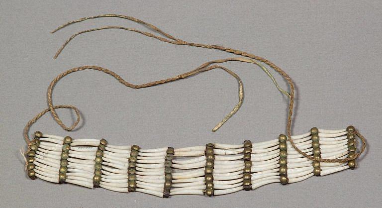 Originální nákrčník vyrobený z kelnatek. V šedesátých, sedmdesátých a osmdesátých letech 19. století byly takové nákrčníky pro Lakoty, Šajeny a Arapahy velmi typické. Muzeum NMNH.