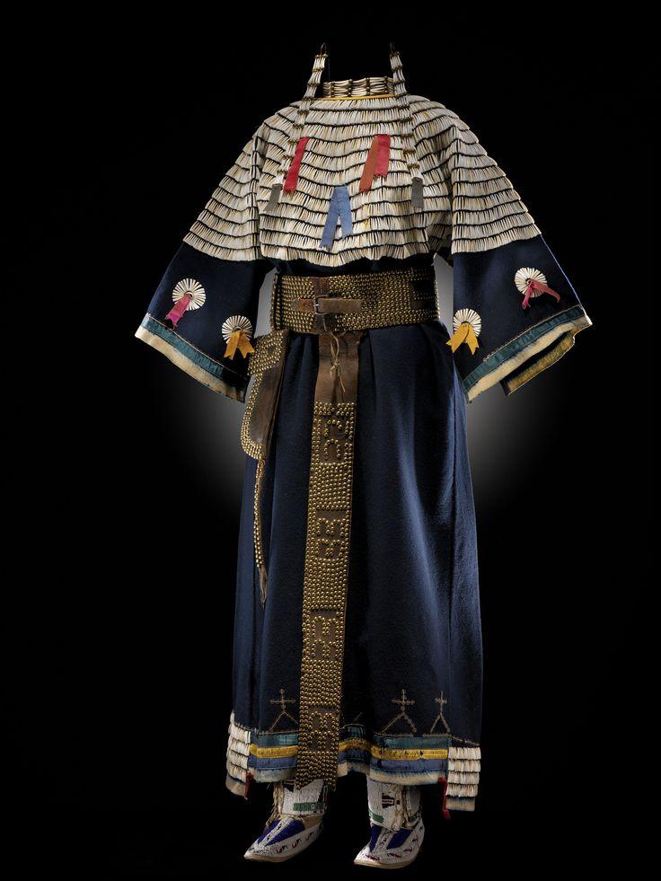 Šaty kmene Lakotů. Jejich sedlo je celé pošité kelnatkami.