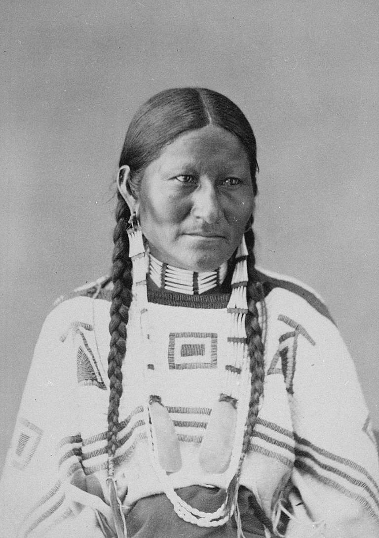 Manželka Skvrnitého ohonu, náčelníka bruléských Lakotů na fotografii A. Gardnera z roku 1872.