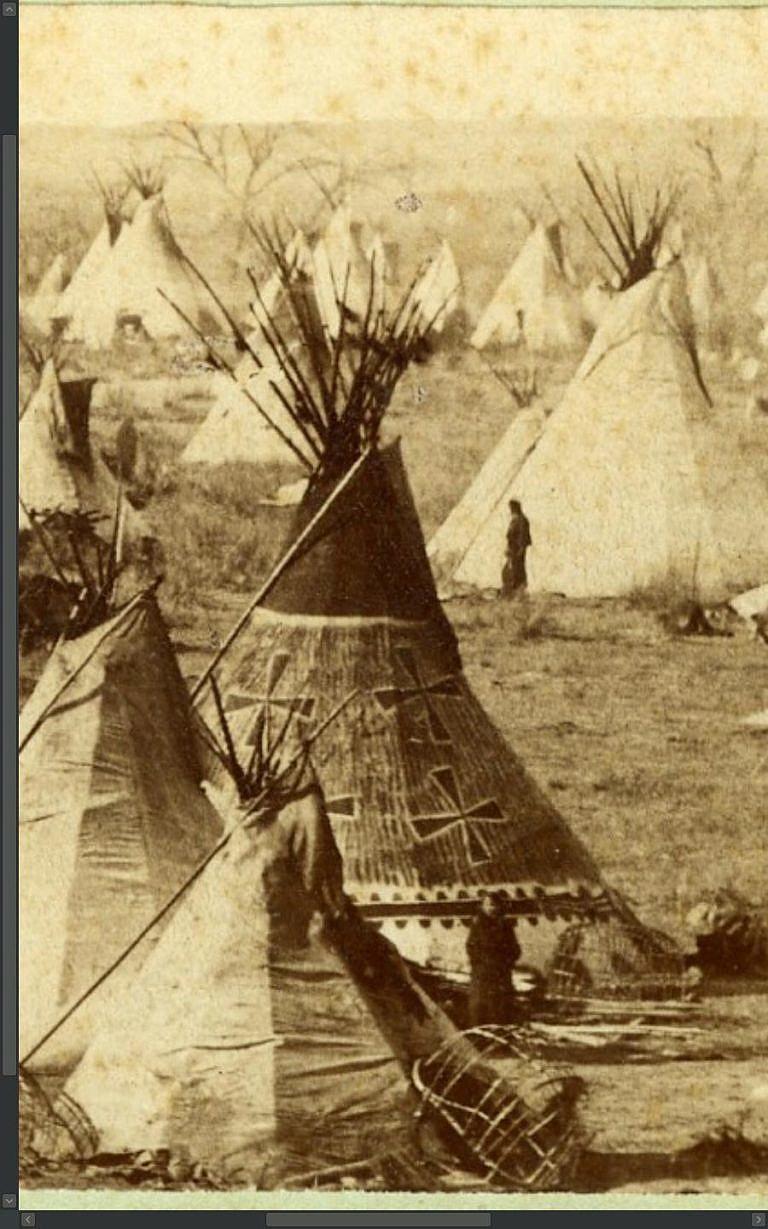 Medicinové malované týpí kmene Jižních Šajenů na dobové fotografii z roku 1867. Zřejmě jde o týpí strážce kmenového medicinového vaku. Medicinová týpí stávala v táborech na čestném místě a těšila se zvláštní úctě.