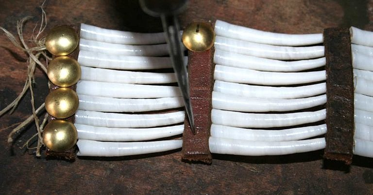 Přepichování díry na cvoček pomocí šídla.
