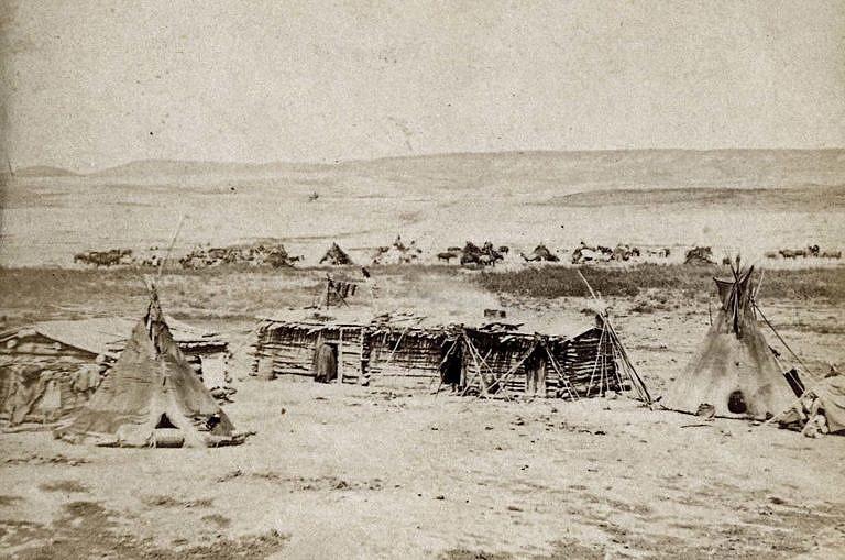 Týpí kmene Vran na dobové fotografii z 60. let 19. století. Týpí se nacházejí v blízkosti Fort Laramie.