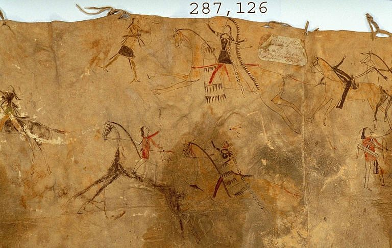 Originální lining z bizoních kůží pomalovaný puktografickými záznamy bitevních výjevů. NMNH