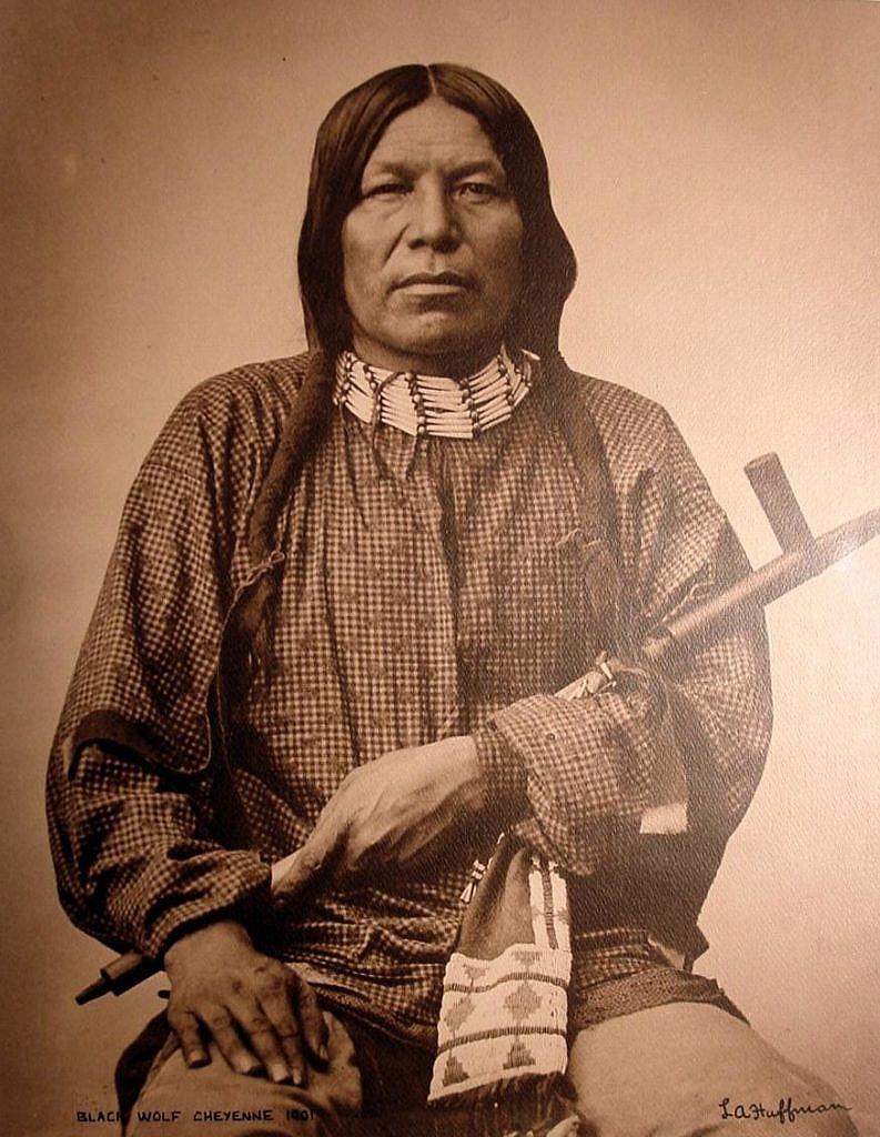 Černý vlk z kmene Šajenů na dobové fotografii L. A. Huffmanna.