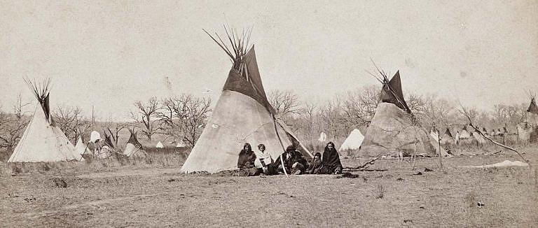 Tábor Komančů na fotografii Williama Soula z 60. let 19. století. Jde o předrezervační dobu, týpí jsou všechna vyrobena z bizoních kůží.