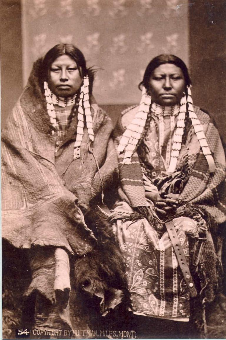 Dvě ženy z kmene Lakotů na dobové fotografii L. A. Huffmanna. Obě mají kelnatkové nákrčníky stějně jako bohaté kelnatkové náušnice.