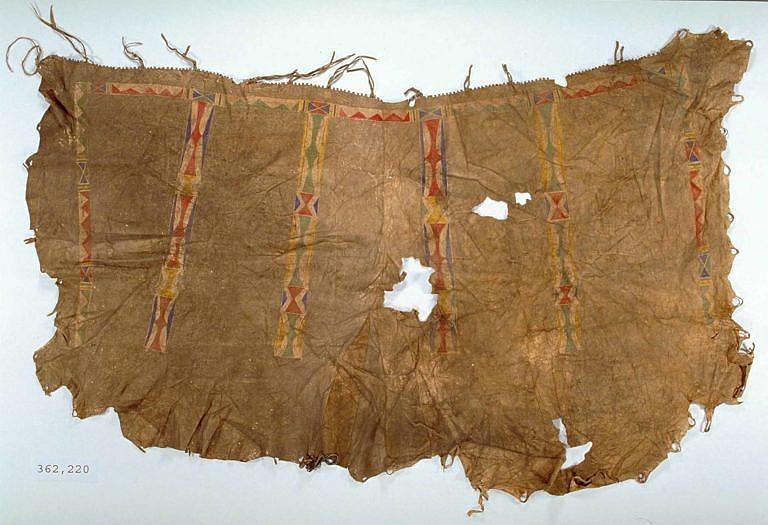 Originální lining ze severních plání, zřejmě Černonožský. Je sešitý ze dvou bizoních kůží a je pomalován geometrickými vzory. Takovéto zdobení bylo typické pro kmeny ze severních plání, zejména pro Černonožce, Atsiny nebo Prérijní Kríje.