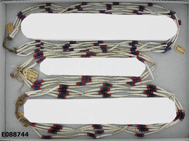 Dobové náhrdelníky z kelnatek a korálků.