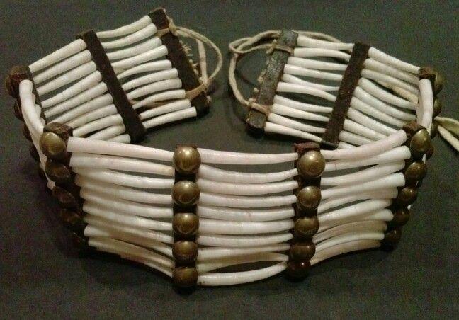 Nákrčník z kelnatek, pravděpodobně velmi kvalitní replika. Přesně takové používali Lakotové, Arapahové a Šajeni v posledních dekádách bizoních dob.