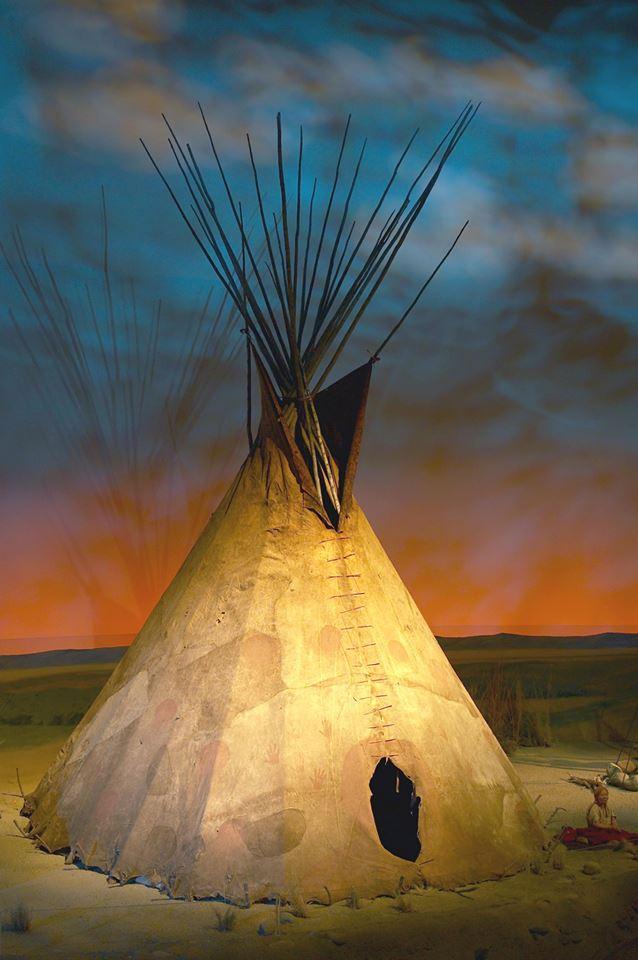 Originální týpí z bizoních kůží kmene Propíchnutých nosů. BBHC.