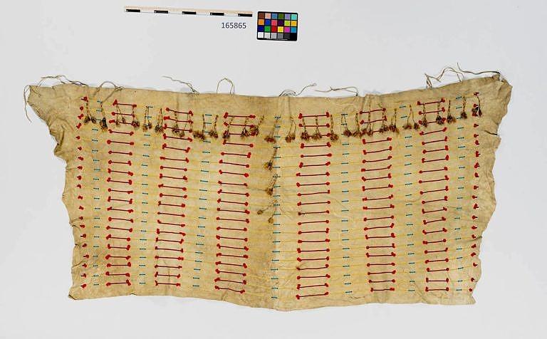 Originální šajenský lining ze dvou bizoních kůží sešitých dohromady. Je nádherně ozdoben korálkovou výšivkou. NMNH.