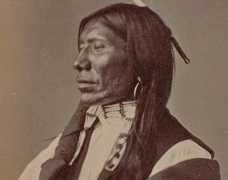 Bodající - Oglalský Lakota na fotografii Alexandra Gardnera z roku 1872.