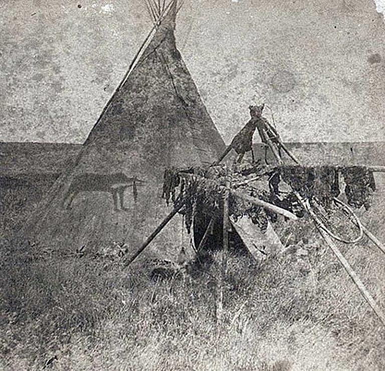 Medicinové týpí na dobové fotografii ze 70. let 19. století.