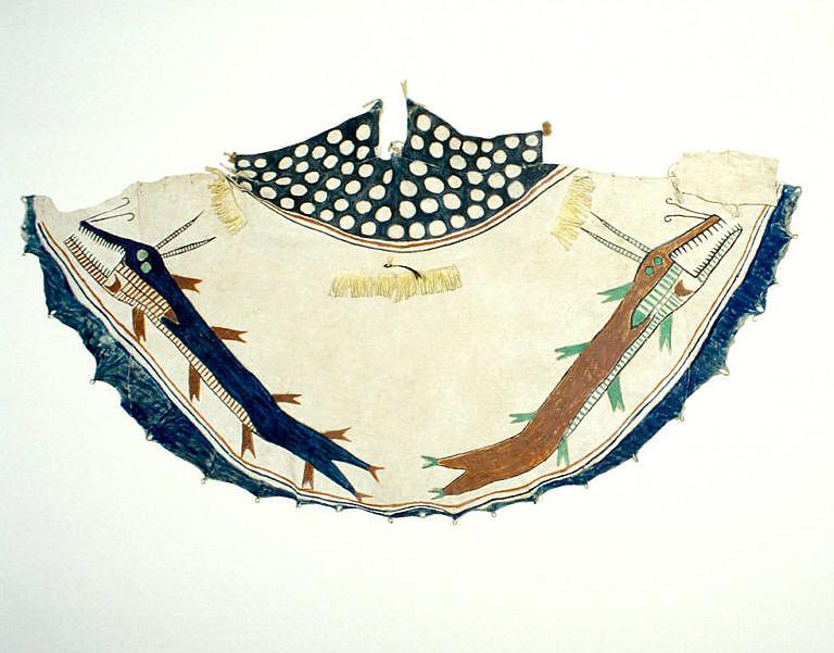 Malovaný plášť kmene Černonožců. Dvě příšery představují zřejmě podvodní duchy.