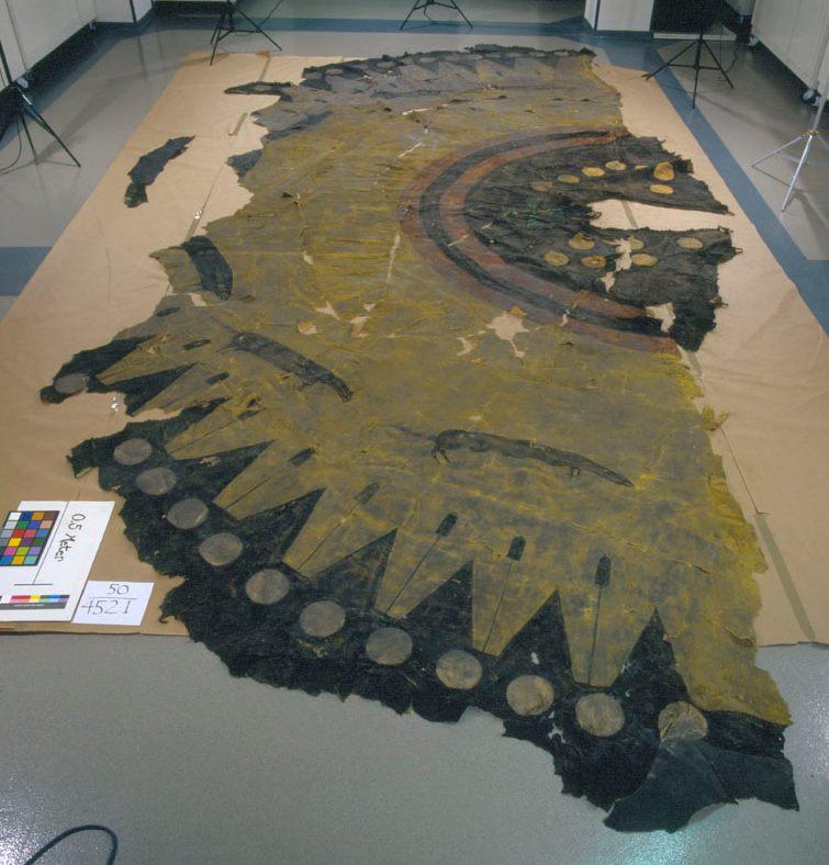 Originální týpí z bizoních kůží kmene Černonožců ve velmi špatném stavu. Při denním používání nevydrželo týpí déle než jednu až dvě sezóny, pak se začalo rozpadat a bylo většinou recyklováno na jiné předměty.