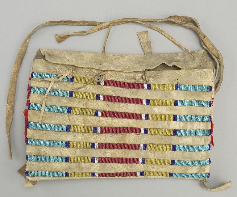 Originální týpí taška kmene Vran. Jednotlivé řady řadového stehu stojí samostatně a netvoří souvislou plochu. BBHC.