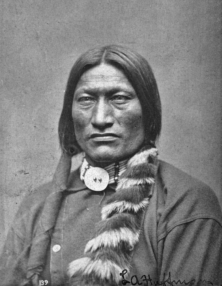 Vysoký medvěd z kmene oglalských Lakotů na fotografii L. A. Huffmanna.