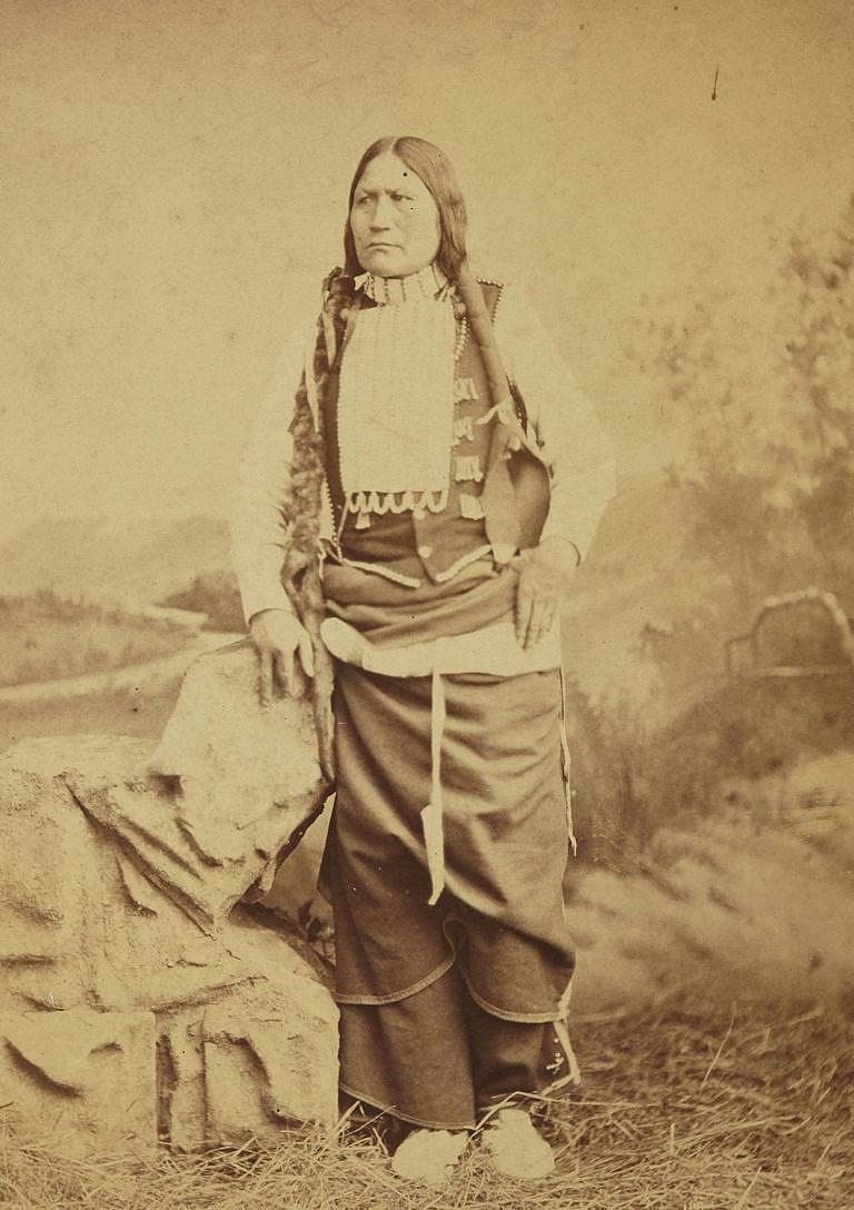 Černý uhel z kmene Arapaho s náprsenkou z porcelánových trubiček, tzv. bugle beads. Fotografie z toku 1882.