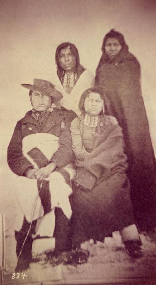 Skupina Šošonů na fotografii z roku 1869. Zdá se, že někteří muži mají náprsenky z kelnatek.