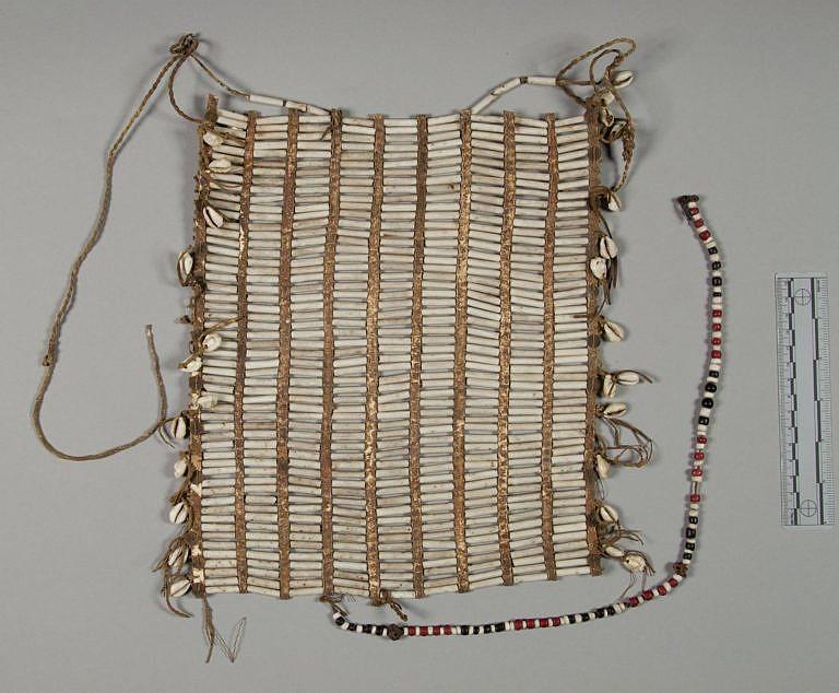 Náprsenka z porcelánových trubiček kmene Šajen nebo Arapaho, NMNH.