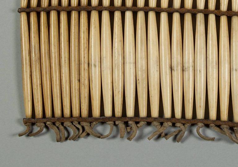 Detail proužků z komerční hověziny a uchycení kostic pomocí kožených řemínků zabezpečených uzlíkem.