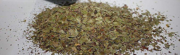 Kouřící směs kinikinik, nadrcená a smíchaná a připravená na použití.
