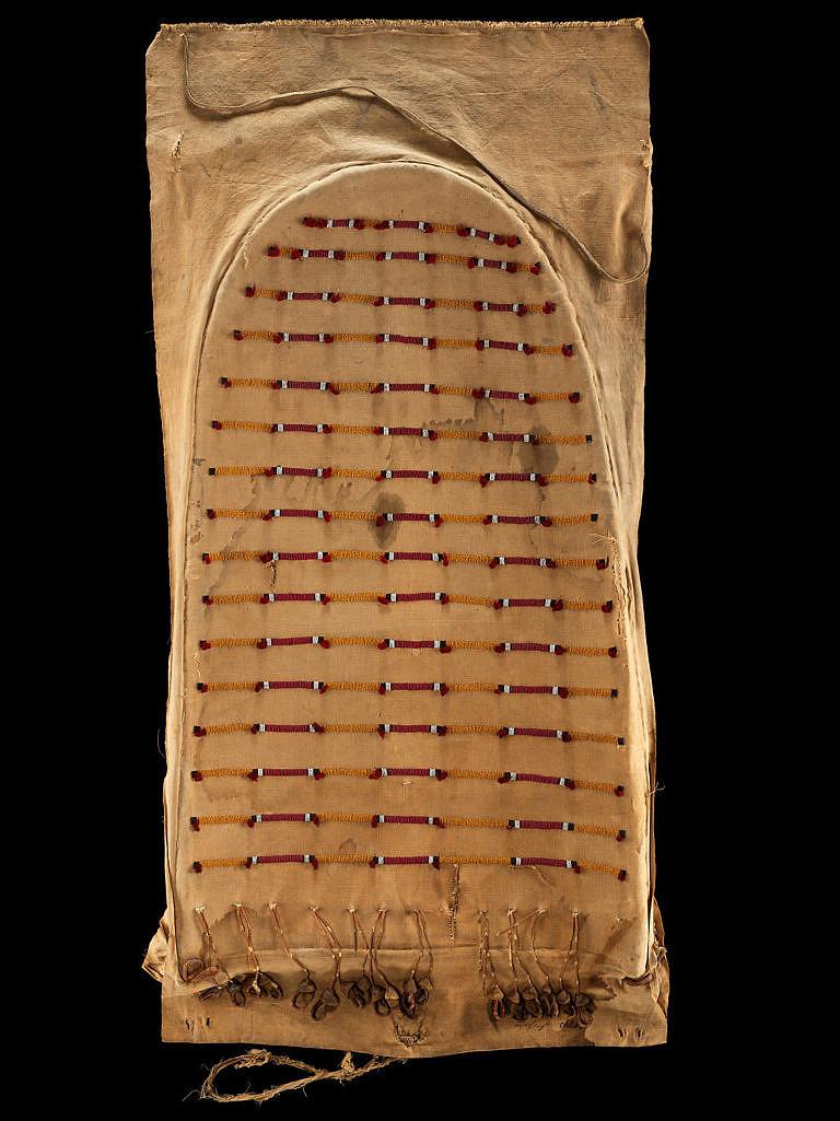 Originální dveře od týpí vyrobené z látky zdobené korálkovou výšivkou. Kmen Arapaho. NMNH.