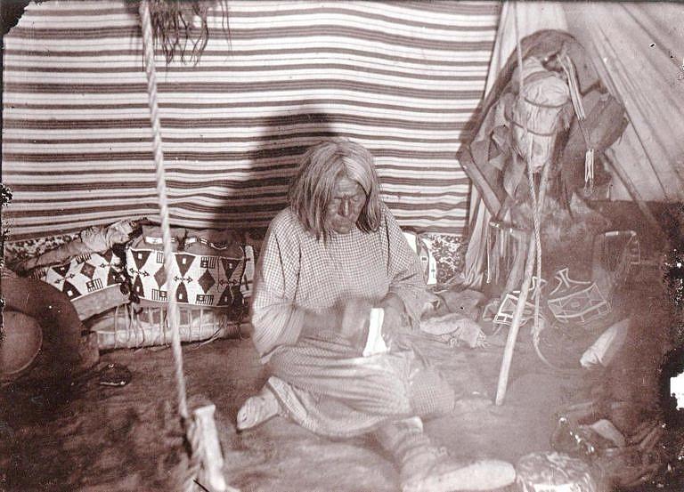 Dobová fotografie interiéru indiánů kmene Vran dobře ilustruje strukturu látkového liningu. V podstatě šlo o obdélníky potištěné látky, přeložené přes sebe. Lichoběžníkové geometricky přesně sedíí liningy jak je známe dnes byly v 19. století neznámé.